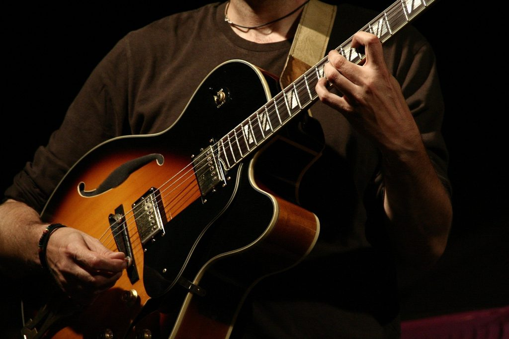 Certains doigtés de guitare demandent beaucoup de temps pour être parfaitement maîtrisés